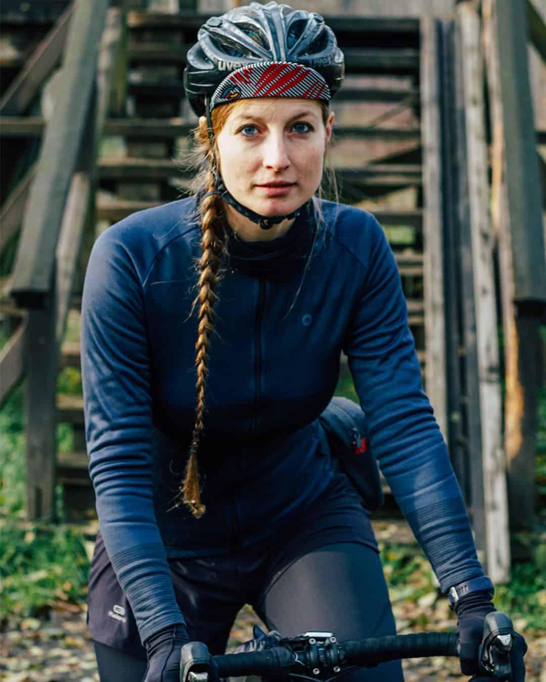 Portrait von Jule mit ihrem Fahrrad