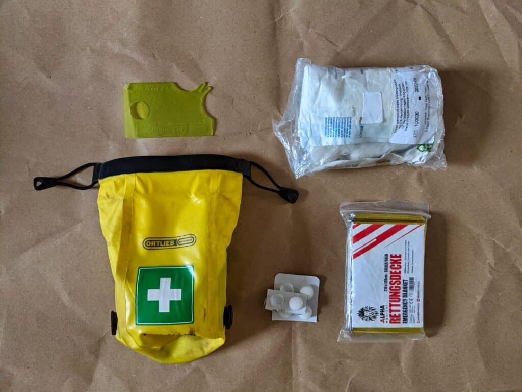 Erste Hilfe Packliste ausgelegt