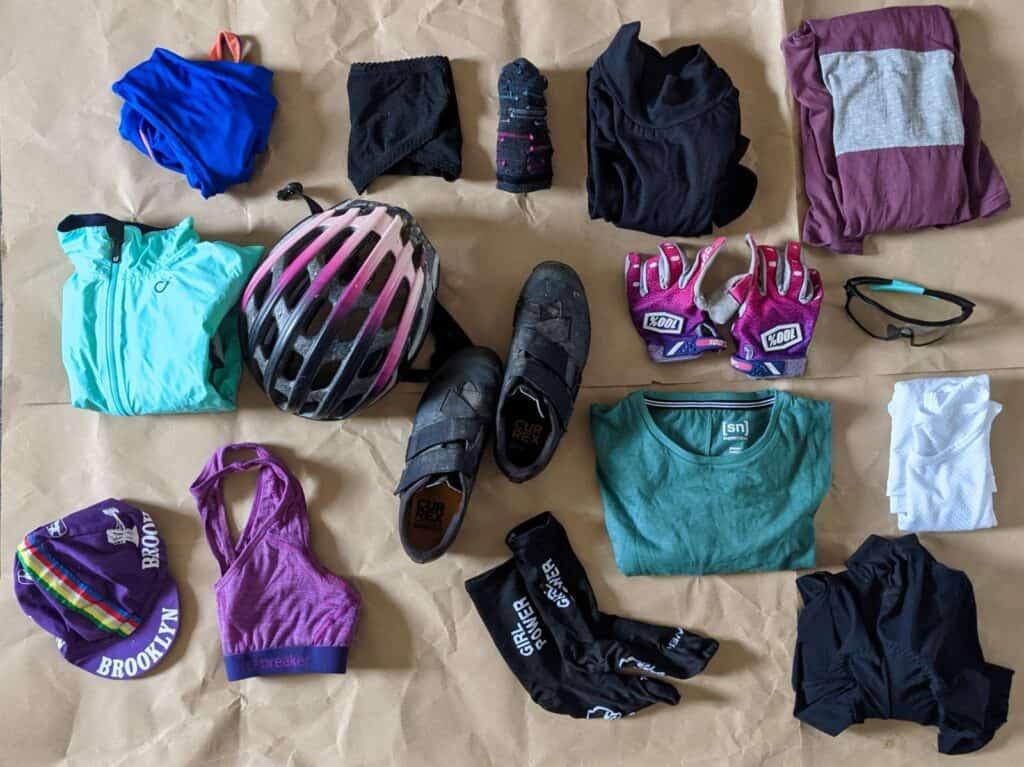 Kleidung fürs Fahrrad liegt auf dem Boden