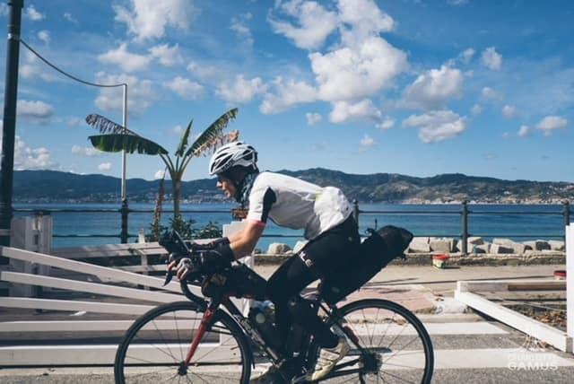 Ana am Meer auf dem Rad