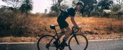 Stefanie Fritzen auf ihrem Rennrad auf der Straße