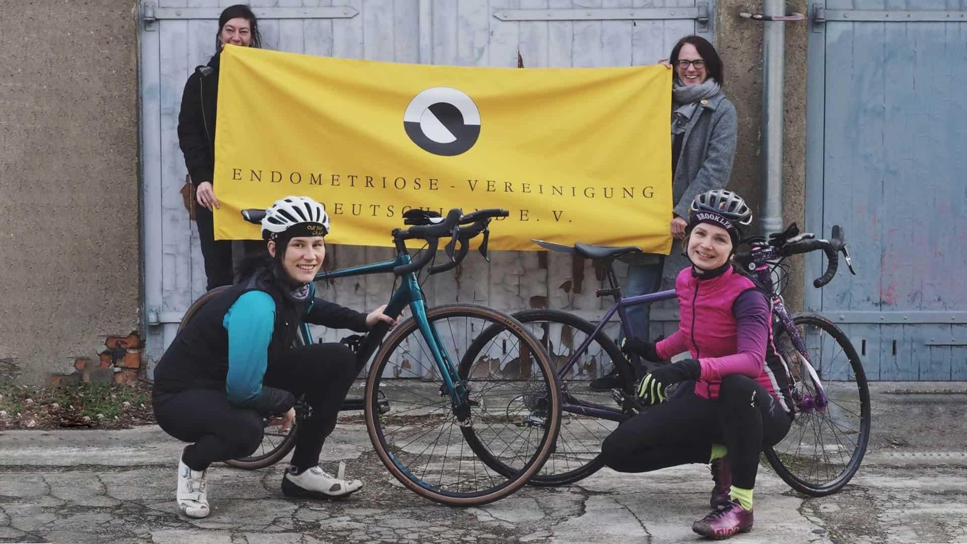 Endurance for Endometriose Frauen mit Banner und Fahrrädern