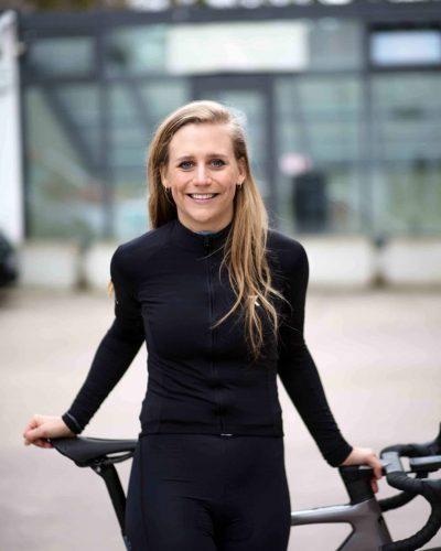 Portrait von Wiebke vor ihrem Fahrrad stehend