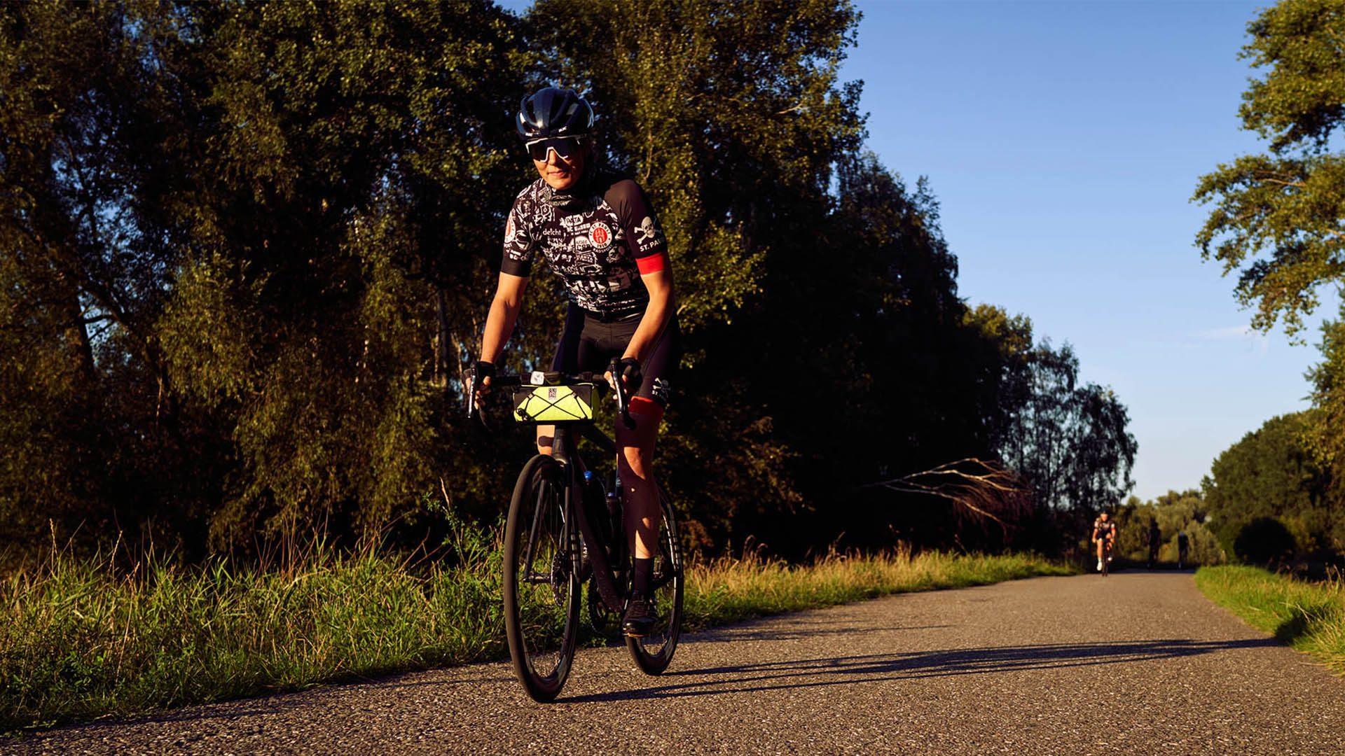 Johanna Jahnke auf ihrem Fahrrad in der Natur